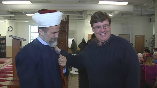 church visits mosque_340354