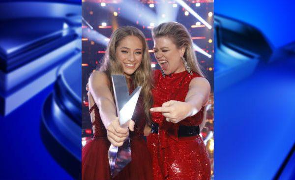 Brynn Cartelli and Kelly Clarkson trophy