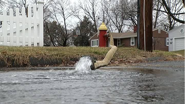 Crews_working_to_fix_water_main_break_on_0_20190109154542